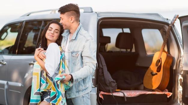 Glückliches touristenpaar und ihre gitarre