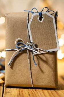 Glückliches traditionelles chanukka-fest mit verpacktem geschenk