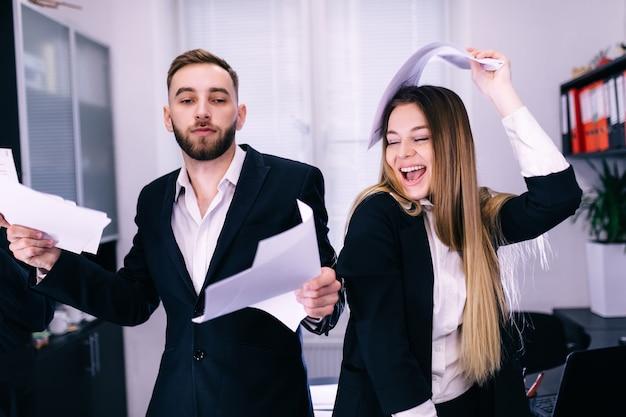Glückliches überglückliches lachen der mitarbeitergruppe genießen siegesbüro-tanzkonzept