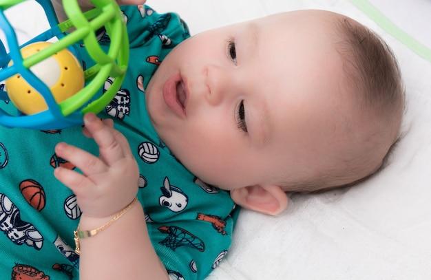Glückliches und glückliches baby spielerisch.