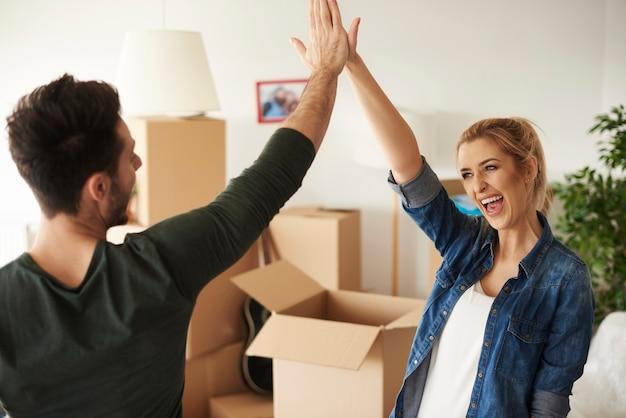 Glückliches und junges paar, das high five gibt