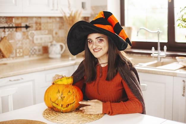 Glückliches und schönes mädchen kostümiert für halloween