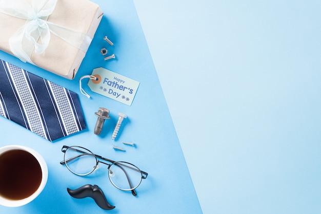 Glückliches vatertagskonzept mit blauer krawatte und geschenkbox