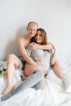 Glückliches verheiratetes paar, welches auf die geburt eines kindes wartet.