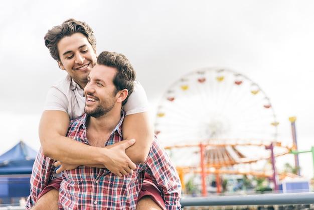 Glückliches verliebtes paar, das am strand spielt