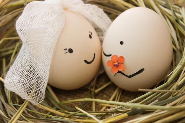 Glückliches verliebtes paar. der mann schenkt der frau blumen