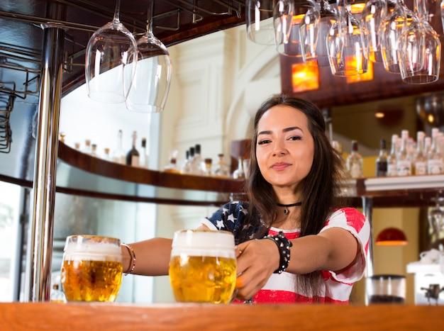 Glückliches weibliches barista bei der arbeit