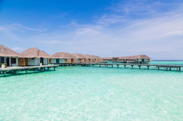 Glückselige aufnahme von bungalows auf den wunderschönen malediven