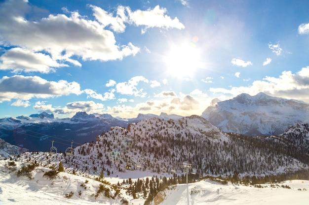 Glückseliger schuss von riesigen alpen mit bewölktem klarem himmel