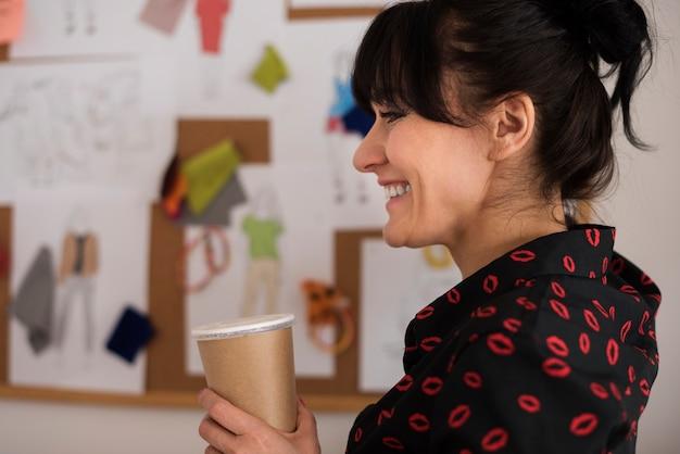 Glücksgeschäftsfrau mit kaffee