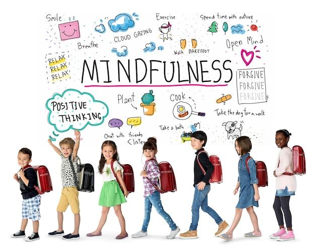 Glücksgruppe optimistischer schüler hat achtsamkeits-freizeitaktivität