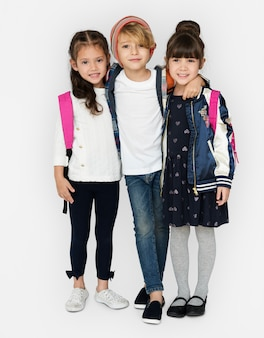 Glücksgruppe von süßen und entzückenden schülern geht zurück in die schule