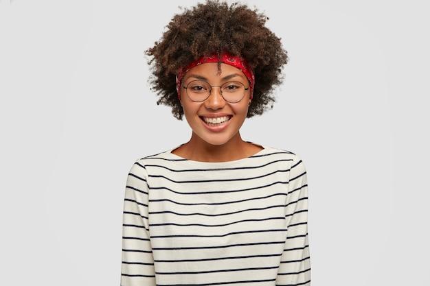 Glückskonzept. schöne schwarze frau mit afro-haarschnitt