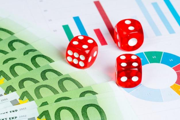Glücksspielgewinnkonzept mit roten würfeln und euro-banknoten