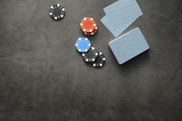 Glücksspielkartenspiele für geld. texas holdem poker. karten in der hand, spielchips, ein kartenspiel mit alkohol in einem glas.