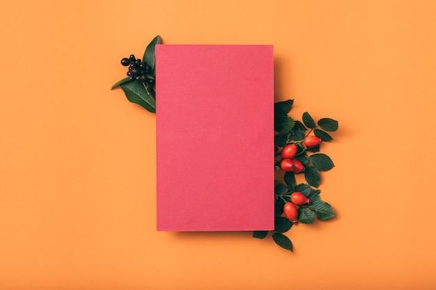 Glückwunschkarte. leeres rosa papier. hagebuttendekoration.