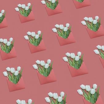 Glückwunschumschlagmuster mit weißen tulpen auf einem pastellhintergrund. flach liegen. grußpostkarte.