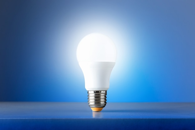 Glühbirne auf blauem hintergrund. konzept neuer ideen.