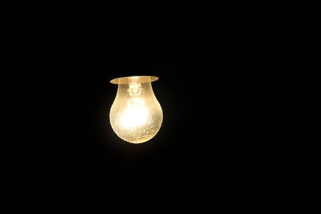 Glühbirne auf dunklem hintergrund