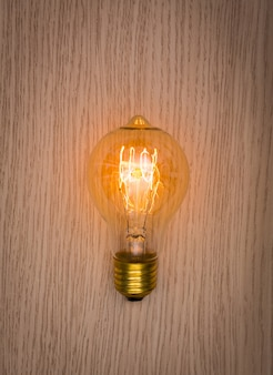 Glühbirne auf einem holztisch