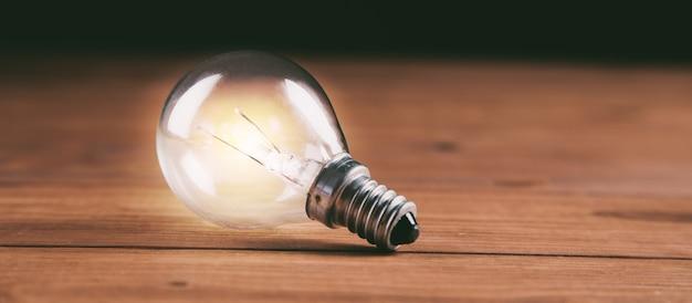 Glühbirne auf tisch neue ideen geschäftskonzept