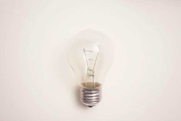 Glühbirne auf weißem hintergrund. inspiration idee konzept.