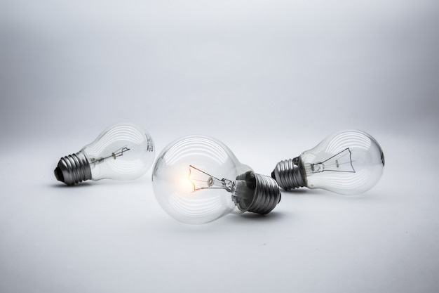 Glühbirne, brainstorming, inbetriebnahme und erfolgreich.