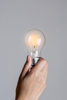Glühbirne in frauenhand einschalten