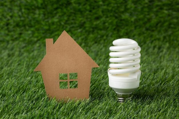 Glühbirne mit miniaturhaus