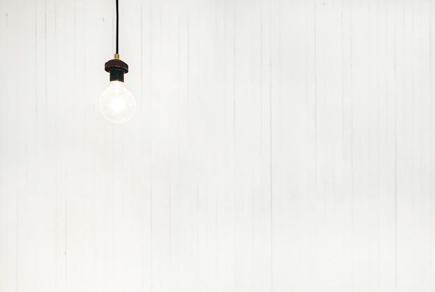 Glühbirne mit weißem hintergrund