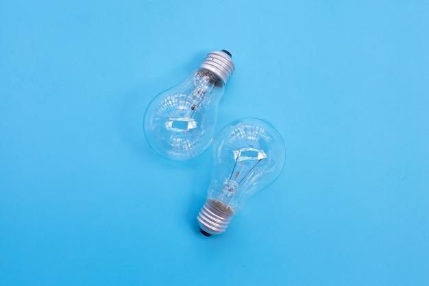 Glühbirnen auf blauem hintergrund. ideen und kreatives denkkonzept. draufsicht