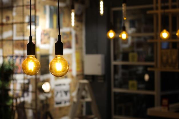 Glühbirnen hängen von der decke