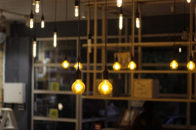 Glühbirnen hängen
