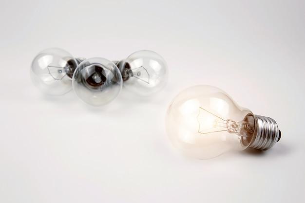 Glühbirnen mit hellem licht für kreativität, wissen und organisatorische führung.