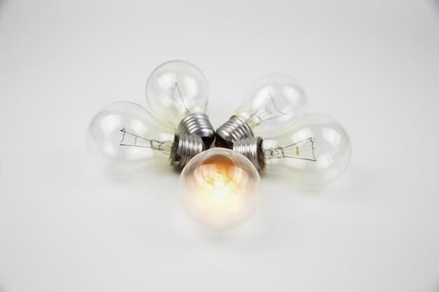 Glühbirnen mit hellem lichtkonzept für kreativität, wissen und organisatorische führung.