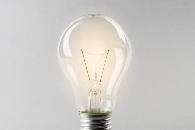 Glühende gelbe glühlampe, busienss ideenkonzept