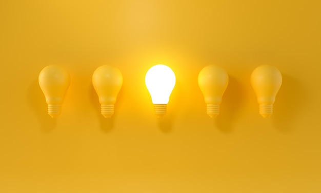 Glühende glühbirne zwischen den anderen auf gelbem hellem hintergrund. führung, innovationskonzepte.