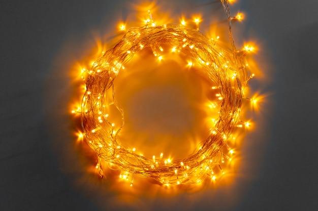 Glühende goldene elektrische girlande auf einem grau