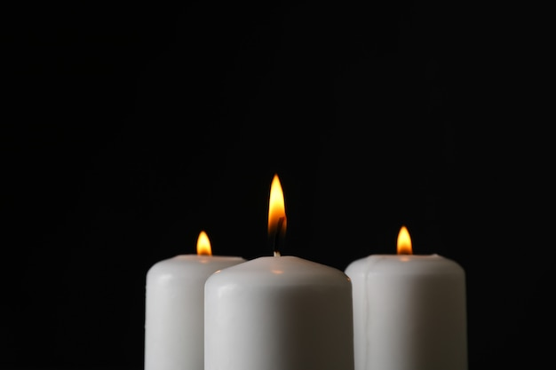 Glühende kerzen auf schwarz, platz für text