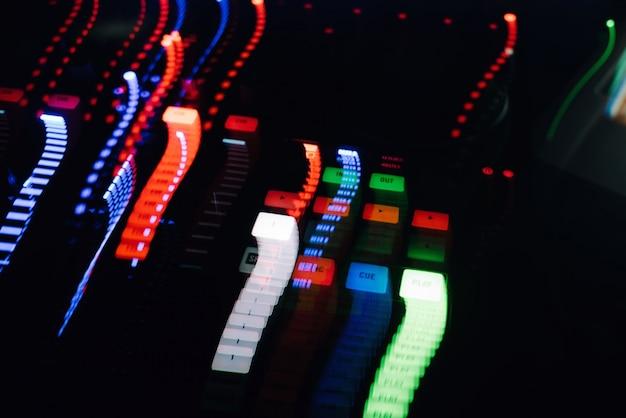 Glühende lichter von der dj-mischermusikfernbedienung