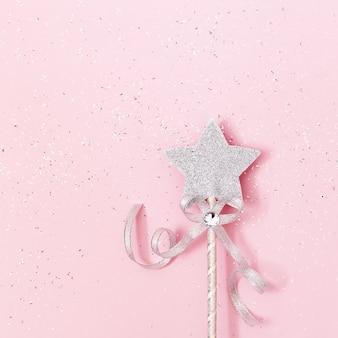Glühender, glitzernder stern auf rosa