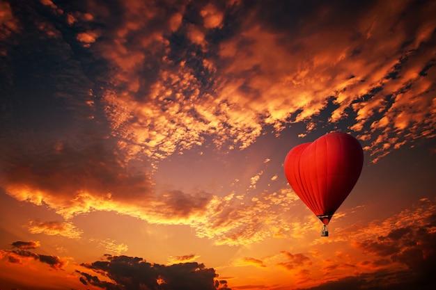 Glühender heißluftballon in form eines herzens