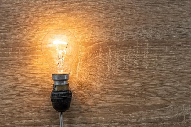 Glühlampe auf holzoberfläche