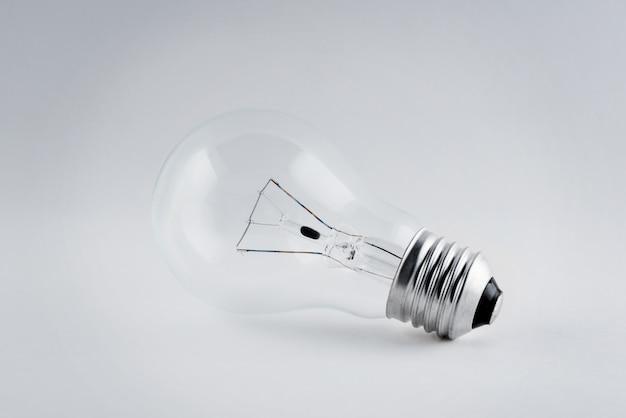 Glühlampe auf weißem hintergrund