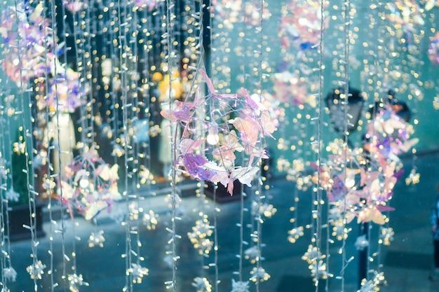 Glühlampe, dekoratives hängen im freien an der straße in der stadt