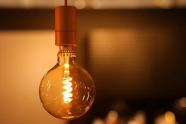 Glühlampe der neuen generation. warmes licht im innenraum, dekorative gemütliche lampe. Premium Fotos