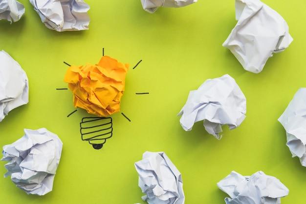 Glühlampe gekritzel mit zerknittertem papier