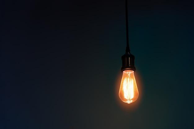 Glühlampe hängt dekorierten innenraum.