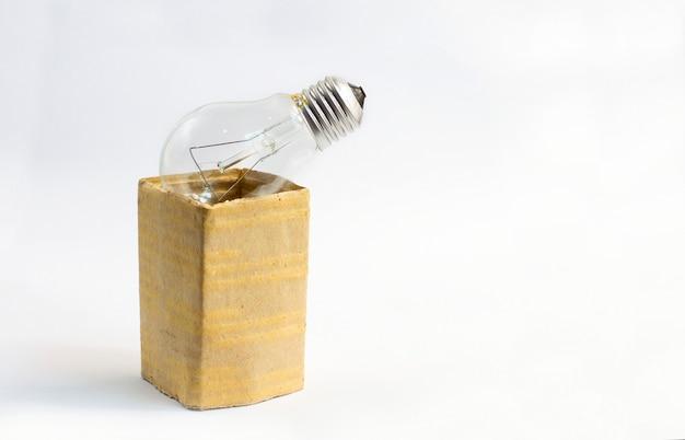 Glühlampe in einem kasten auf weiß