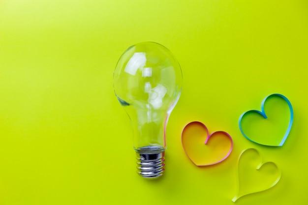 Glühlampe mit herzband auf gelbem papier